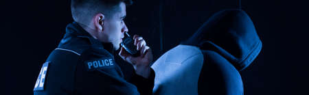 警察官が強盗を逮捕を報告します。
