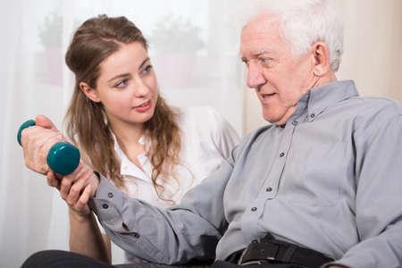 an elderly person: Un m�s viejo hombre de regresar a buen estado de salud