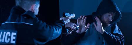 犯罪者をキャッチする警察官の義務であります。