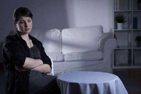 Troubled jeune femme souffrant de dépression assis seul à la maison Banque d'images - 42424920