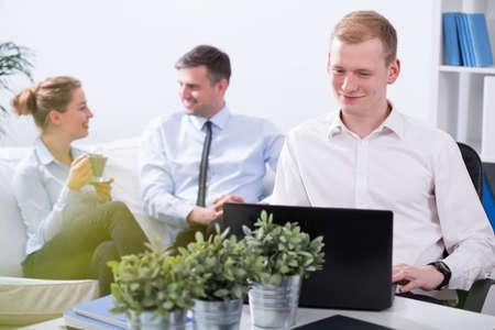 empleado de oficina: Tres hombres de negocios sonriente que tiene un ambiente agradable en el trabajo