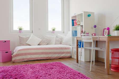 Holzfußboden Weiß ~ Weiß gemütliche kinder zimmer mit holzfußboden und rosa teppich