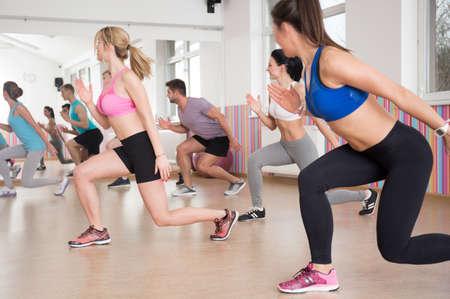 Weergave van sportieve activiteiten in fitnessclub Stockfoto