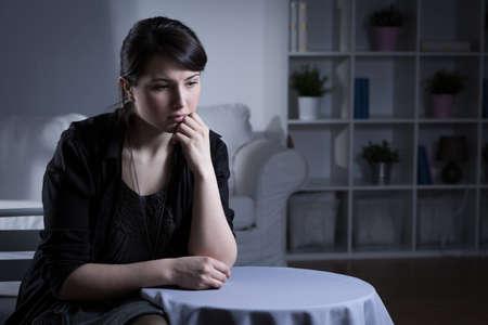 depresion: Joven y bella mujer abandonada con la depresión grave Foto de archivo