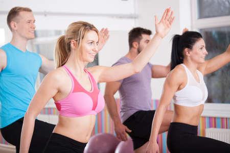 gimnasia aerobica: Vista horizontal de amigos que tienen sesión de ejercicios aeróbicos