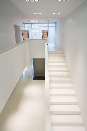 escalera: Primer plano de escaleras blancas en la mansión exclusiva
