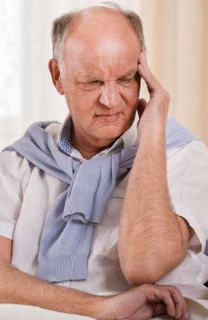 personne malade: Photo d'un homme inquiet senior avec mal de t�te terrible