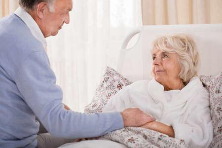 marido y mujer: Marido de apoyo de ancianos y su esposa enferma mayores