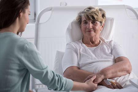 personas enfermas: Hija �til y su madre enferma en el hospital