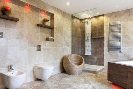 cuarto de baño: Interior de baño de lujo con azulejos de color beige