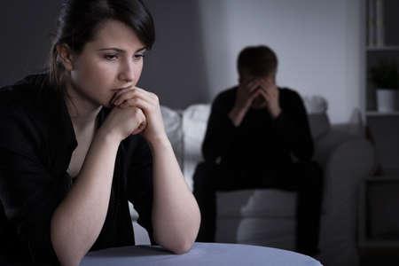 personas tristes: Preocupado pareja casada de toma de decisiones sobre el divorcio Foto de archivo