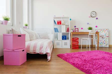 colores calidos: Suave alfombra rosa en la moderna sala de niños Foto de archivo