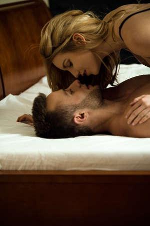 besos apasionados: Pares cariñosos jovenes que se besan en la cama