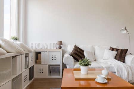 ホワイトのスタイリッシュなお部屋でリラックスのためのスペース