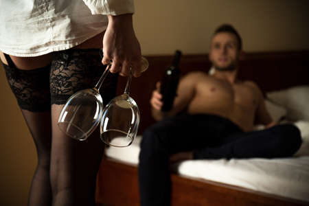 femme romantique: Femme portant des bas de maintien verre de vin
