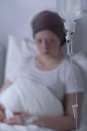 calvo: Primer plano de goteo del paciente que es niña con cáncer Foto de archivo