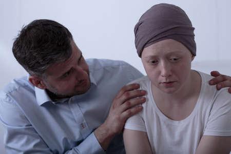 padre e hija: Padre cariñoso animando a su hija enferma