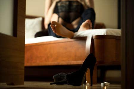 enamorados en la cama: Pareja apasionada haciendo el amor en la habitación del hotel