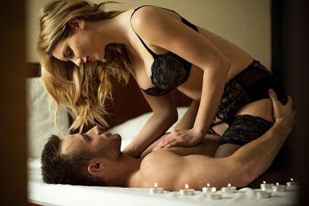 couple bed: Loving couple ayant des moments intimes dans la chambre Banque d'images