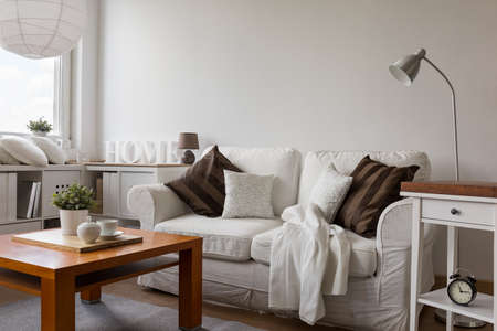 Small cozy living room in white flat Stockfoto