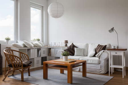 Wit en bruin ontworpen woonkamer interieur