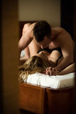 besos apasionados: Amantes apasionados en la habitaci�n del hotel Foto de archivo