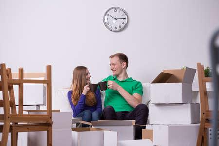 matrimonio feliz: ruptura del matrimonio y el té joven feliz después de mudarse Foto de archivo