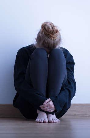 sit down: Desglosado, solo, mujer joven sentada en el suelo