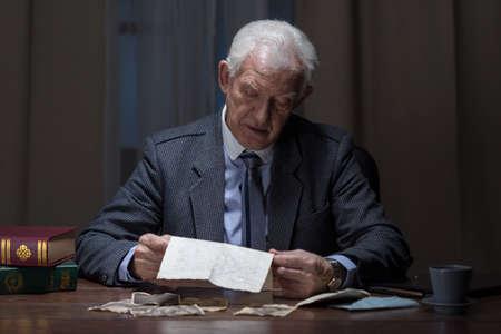 documentos legales: El viejo hombre est� leyendo y analizando documentos legales