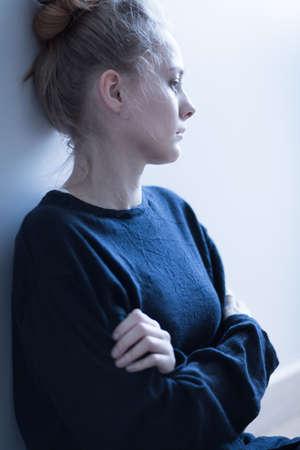 enfermedades mentales: Mujer joven deprimida triste sentado en soledad Foto de archivo