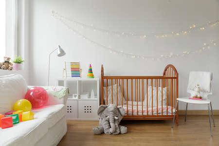 Fotografie z bílého a útulné místnosti novorozence interiéru