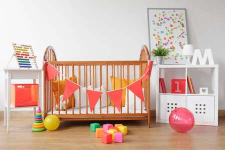 recien nacidos: Imagen de la sala de reci�n nacido brillante interior con juguetes de colores Foto de archivo