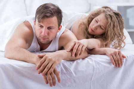 sexo pareja joven: Foto de atractiva mujer tratando de compensar con el marido Foto de archivo