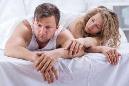 sex: Foto von attraktiven Frau versucht, mit Mann bilden