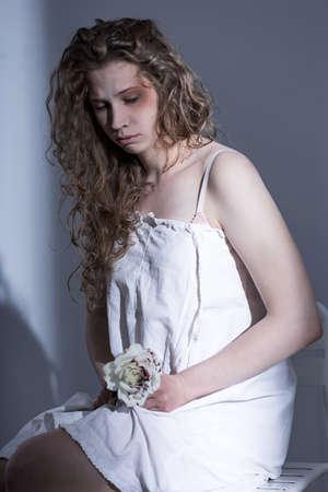 mujer golpeada: Víctima de asalto sexual cubierto por la sábana blanca