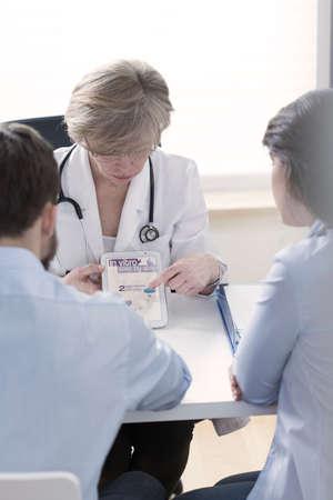 in vitro: Ginecólogo explicando en proceso vitro en forma moderna