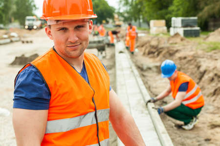 travailleur: Travailleur de la construction de gilet de s�curit� orange et casque