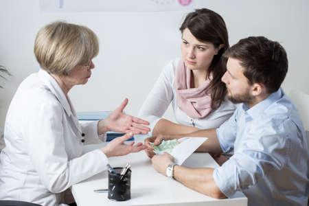비싼 IVF 과정에 지불하는 젊은 결혼 스톡 콘텐츠