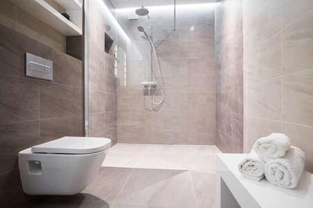 Douche met glazen deur in exclusieve badkamer Stockfoto