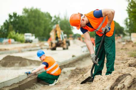 Handarbeider werken op de stad straat Stockfoto