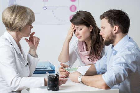 不妊のカップルが体外受精の治療のための賄賂を与える
