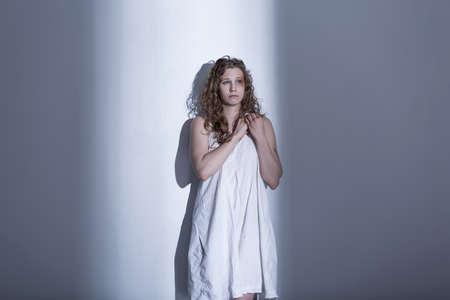 violencia sexual: Víctima de la violencia sexual en el vestido blanco