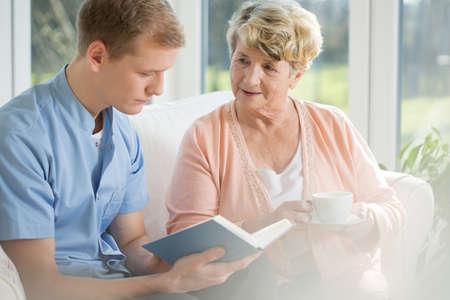 enfermera con paciente: mayores de pasar tiempo feliz de la mujer con el hombre joven
