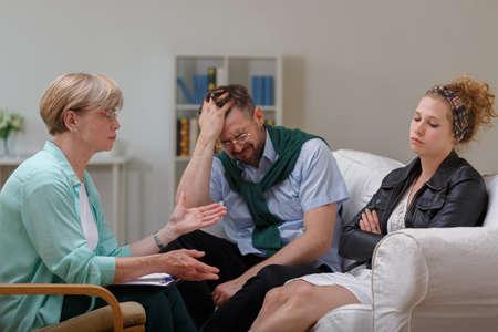 pareja de esposos: Imagen de pareja casada en la separación durante la terapia