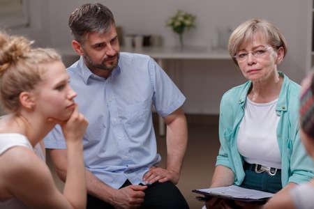 terapia psicologica: Foto de la psicóloga escuchar miembro del grupo de apoyo