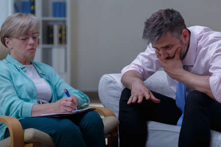 terapia psicologica: Imagen del problema analizando terapeuta femenina del paciente desesperaci�n Foto de archivo