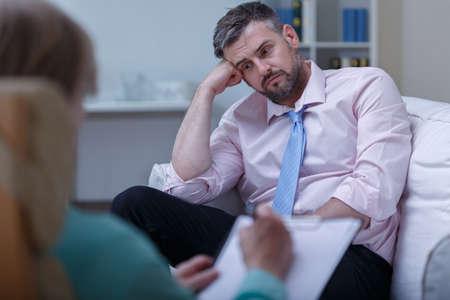 terapia psicologica: Imagen de la desesperaci�n joven empresario durante la sesi�n de psicoterapia