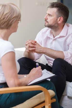 terapia psicologica: Foto del varón recalcado durante la sesión con el psiquiatra Foto de archivo