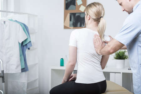 Chiropractic doing spinal mobilisation in physiotherapist's office Stockfoto