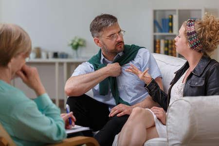 Foto van man ruzie met vrouw tijdens de behandeling met psycholoog